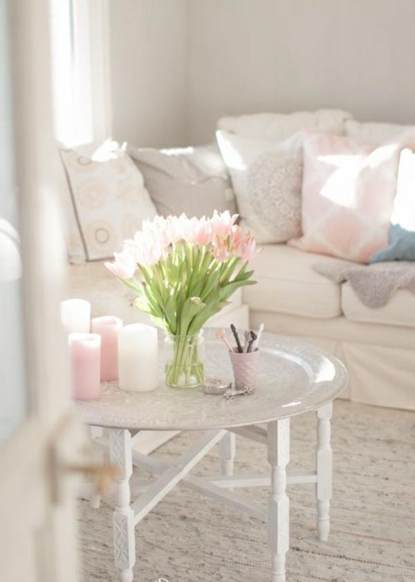 bougies-décoratives-chambre-blanche-sofa-coussins-jolie-fille-fleurs-sur-table-vase