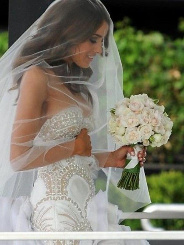 bouquet-de-mariée-en-cascade-retombant-jolie-femme