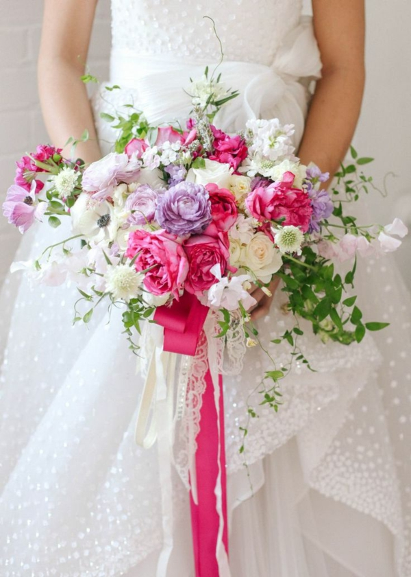 bouquet-de-mariée-rose-et-violet-en-cascade-retombant