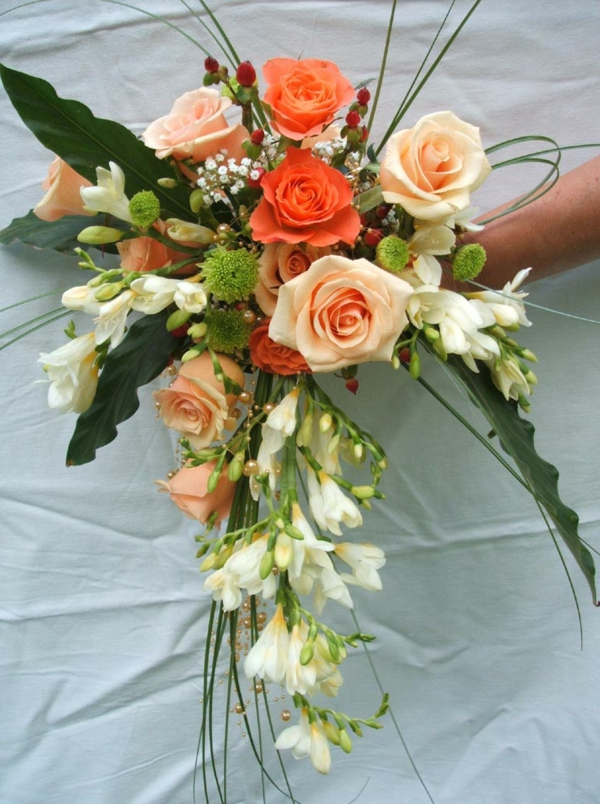 bouquet-fleurs-de-mariée-en-cascade-retombant