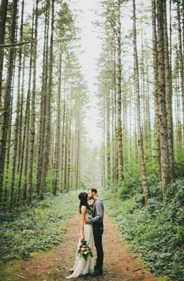 bouquet-mariage-original-couple-dans-la-foret