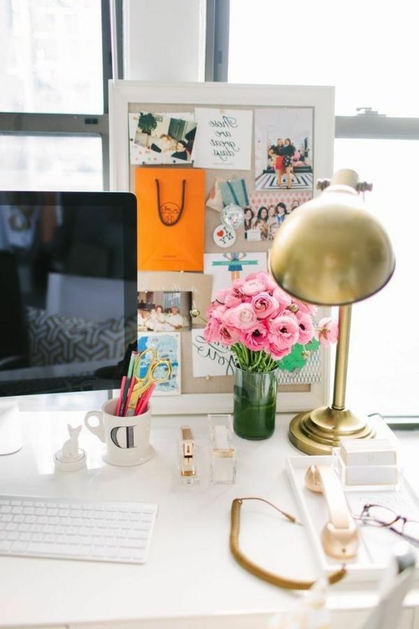 bureau-magnifique-blanc-fleurs-ordinateur