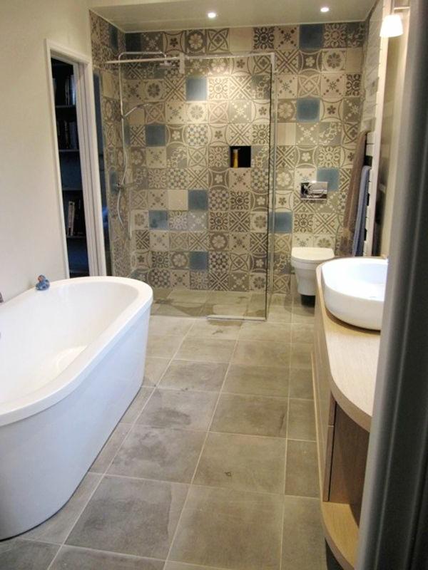Poser un carrelage mural salle de bain maison design - Comment poser du carrelage mural salle de bain ...