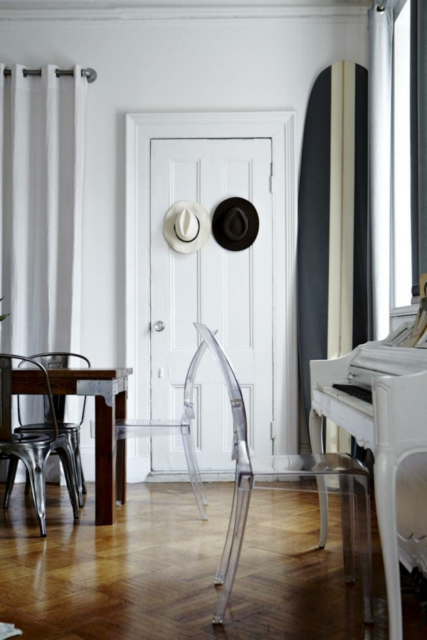 chaise-transparente-chaise-industrielle-un-intérieur-vintage