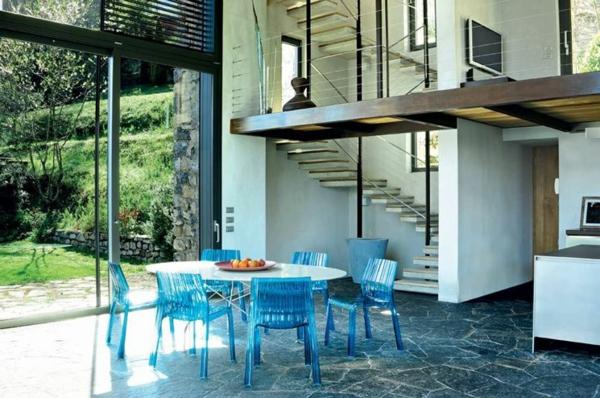 chaise-transparente-chaises-bleues-transparentes