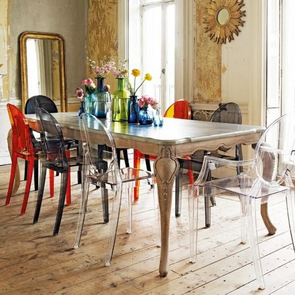 chaise-transparente-chaises-colorées-autour-d'une-table-baroque