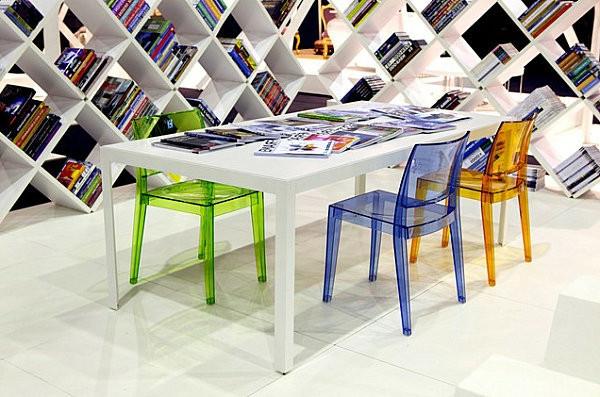 Retrouvez la chaise transparente un beau bijou pour votre for Chaises colorees
