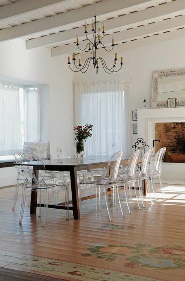 chaise-transparente-chandelier-rustique-plafond-blanc