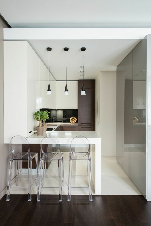 chaise-transparente-dans-la-cuisine