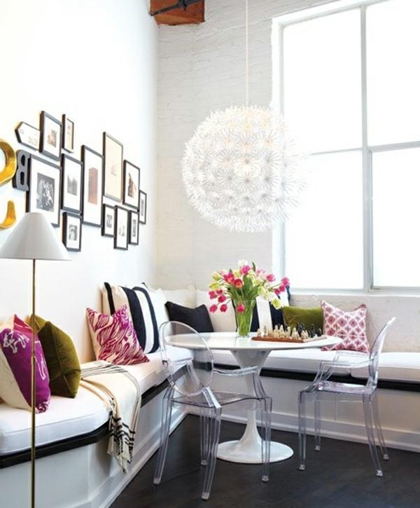 chaise-transparente-deux-chaises-autour-d'une-petite-table-tulipe