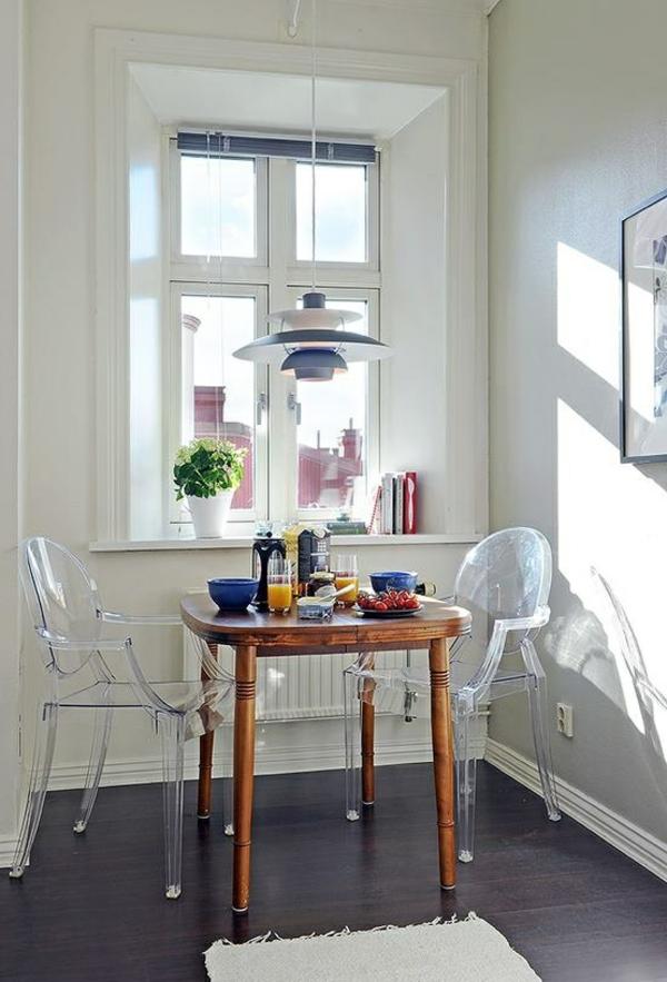 chaise-transparente-deux-chaises-ghost-acryliques-petite-table-originale