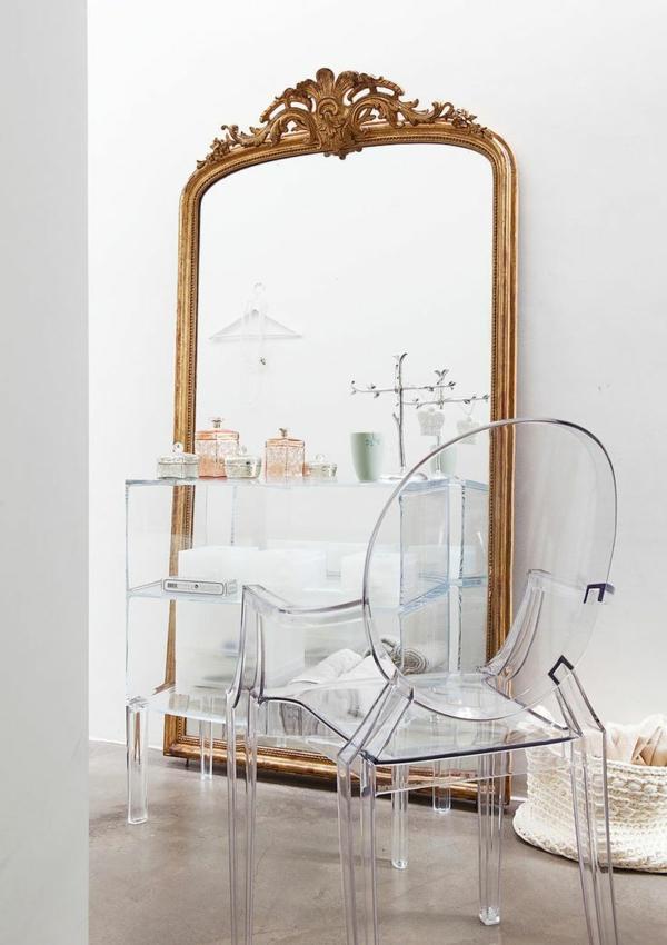 chaise-transparente-grand-miroir-à-l'encadrement-baroque