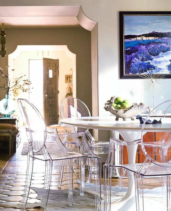 chaise-transparente-grande-table-tulipe-et-peinture-artistique