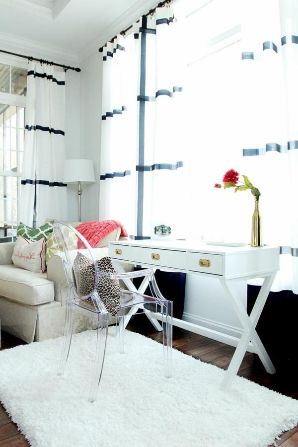 chaise-transparente-intérieur-lumineux-et-blanc