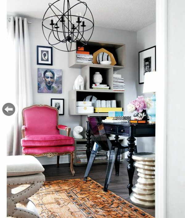 chaise-transparente-petit-bureau-noir-et-grande-chaise-baroque