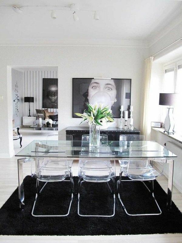 chaise-transparente-table-transparente-et-tapis-noir