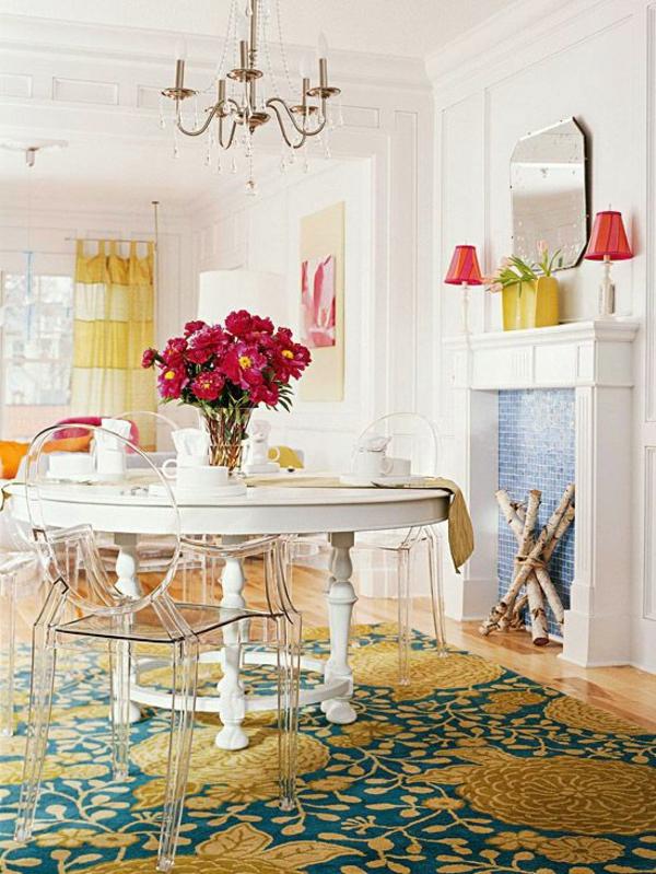 chaise-transparente-tapis-floral-jaune-et-turquoise