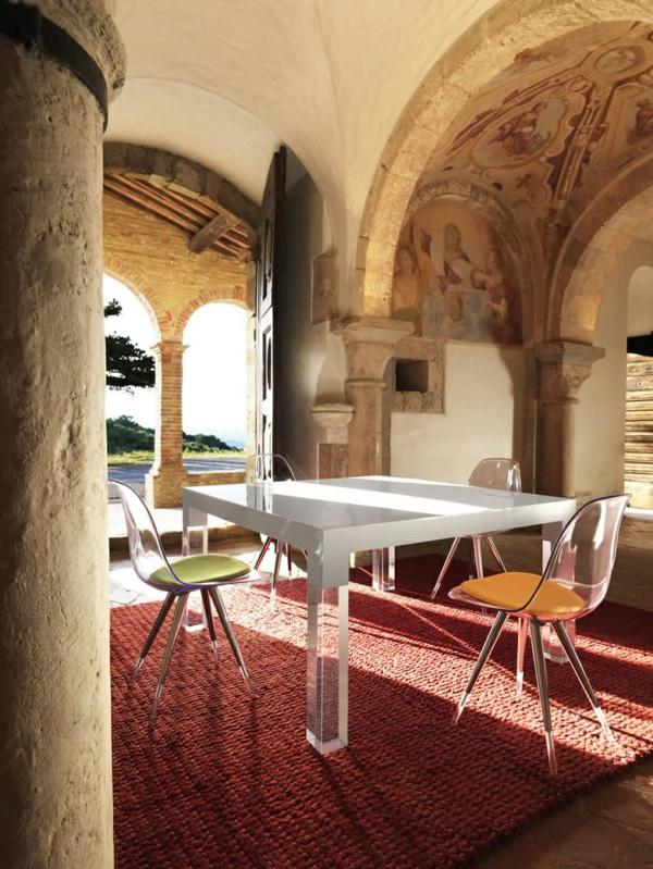 chaise-transparente-tapis-rouge-décor-unique