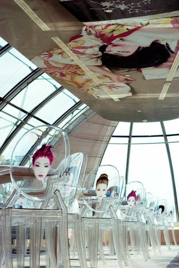 chaise-transparente-un-café-magnifique-à-Paris
