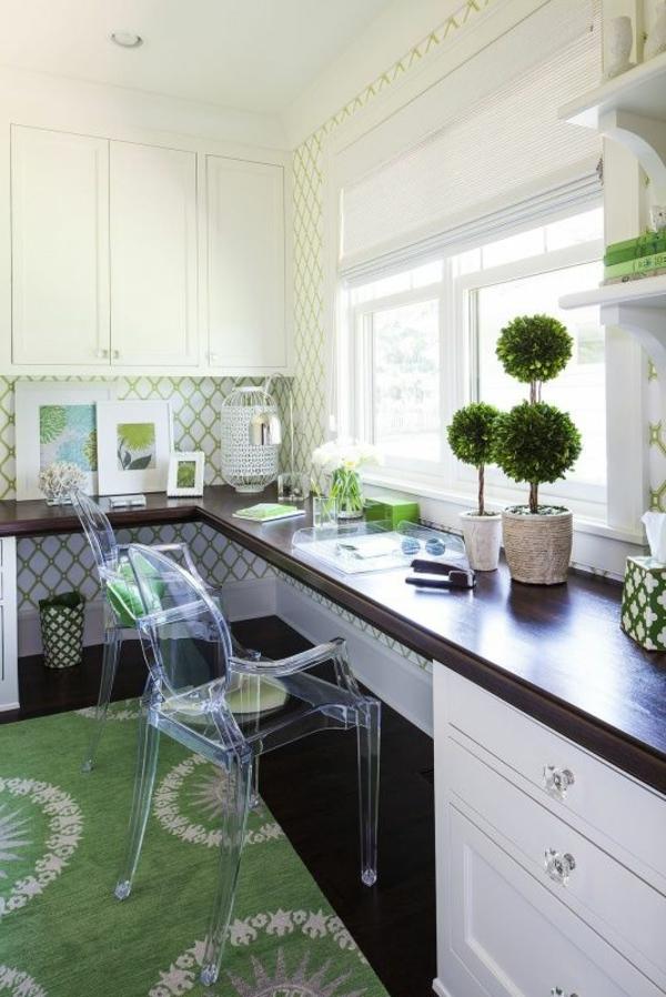 chaise-transparente-un-grand-bureau-suspendu-et-tapis-vert