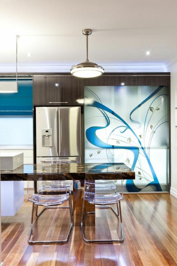 chaise-transparente-une-cuisine-moderne-et-glamoureuse