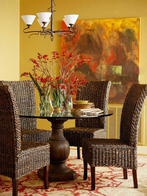 chaise-tressée-à-haut-dossier-et-tapis-baroque