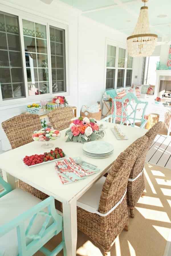 chaise-tressée-chaises-autour-d'une-table-blanche