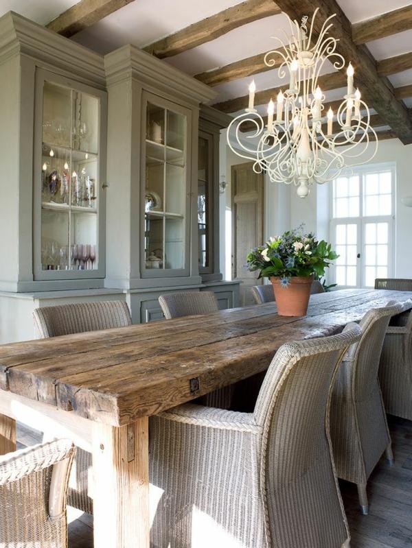 chaise-tressée-buffet-avec-vitrine-grande-table-en-bois-rectangulaire