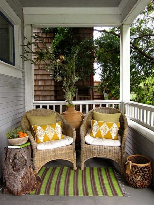 chaise-tressée-carpette-rustique-décoration-avec-objets-pendants