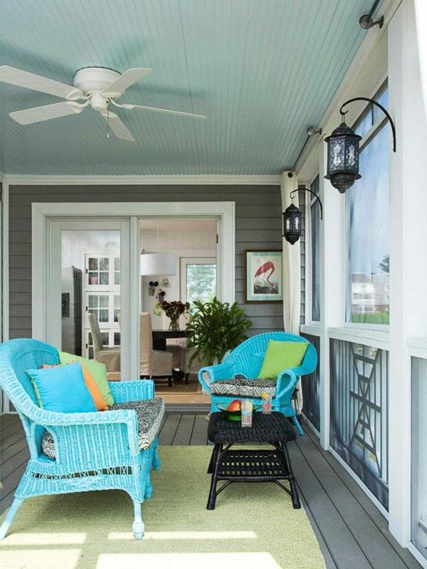 chaise-tressée-chaises-bleues-tressées-et-lanternes-noires