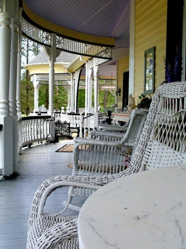 chaise-tressée-chaises-rustiques-et-grande-véranda