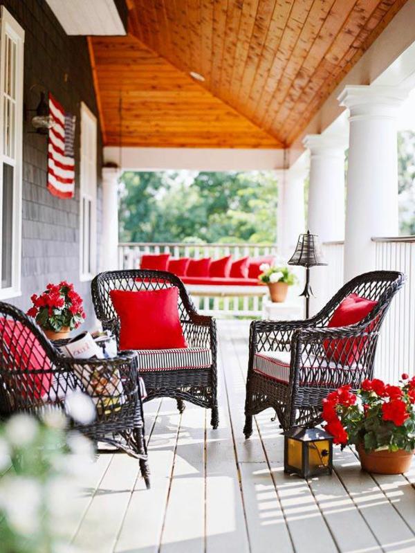 chaise-tressée-chaises-rustiques-sur-la-véranda-blanche