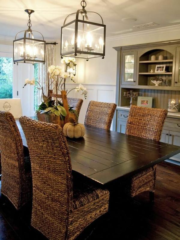 chaise-tressée-chaises-tressées-et-table-et-bois-foncé