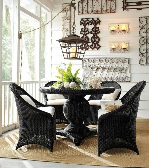 chaise-tressée-chaises-tressées-noires-et-une-table-ronde-tressée