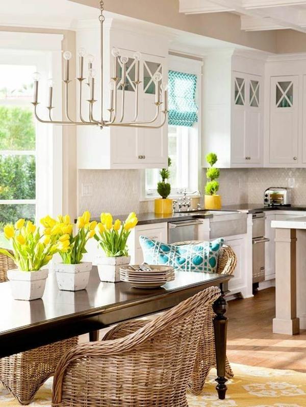 chaise-tressée-des-chaises-en-osier-dans-une-cuisine-blanche