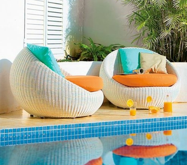 chaise-tressée-deux-chaises-modernes-tréssées-près-d'une-piscine