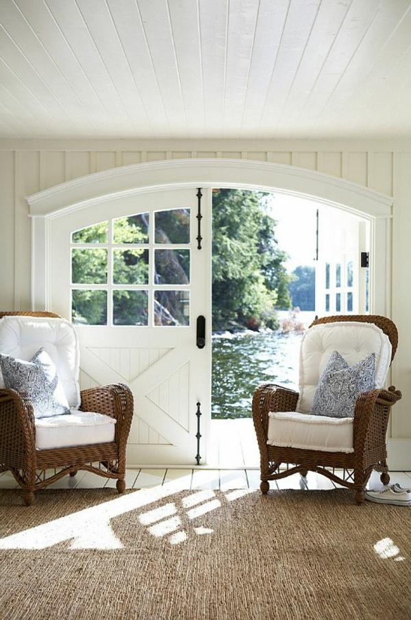 chaise-tressée-deux-chaises-tressées-et-un-tapis-écolo