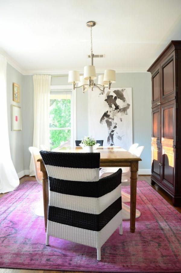 chaise-tressée-en-noir-et-blanc-et-tapis-rose