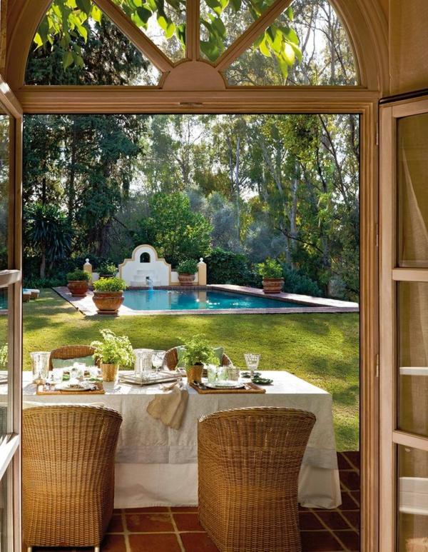 chaise-tressée-pelouse-verte-et-piscine-rectangulaire