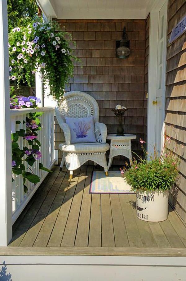chaise-tressée-sur-le-balcon