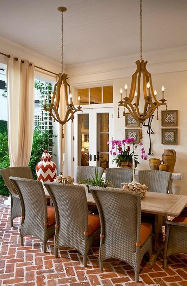 chaise-tressée-plancher-mosaique-et-candélabres-suspnedus-en-bois
