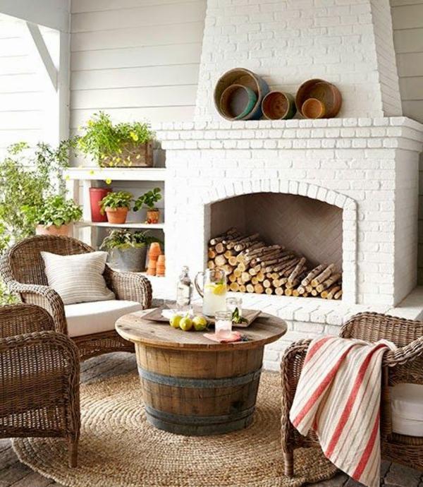 chaise-tressée-trois-chaises-tressées-et-une-table-originale-près-de-la-cheminée