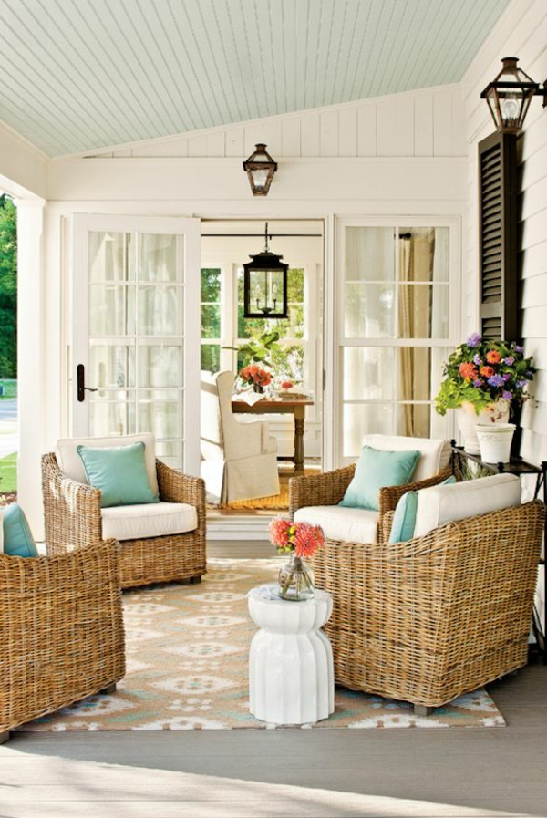 chaise-tressée-un-patio-coquet-de-grandes-chaises-tressées