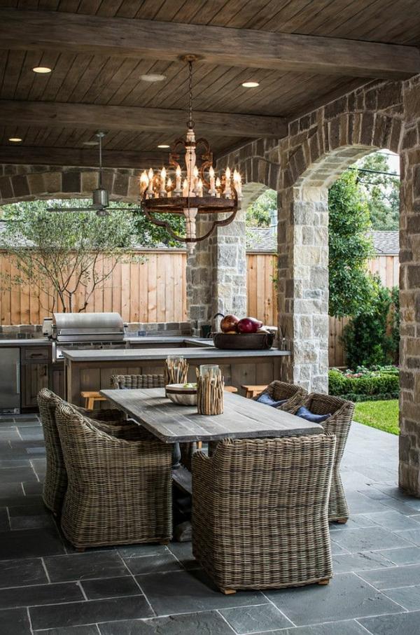 chaise-tressée-un-patio-décoration-rustique