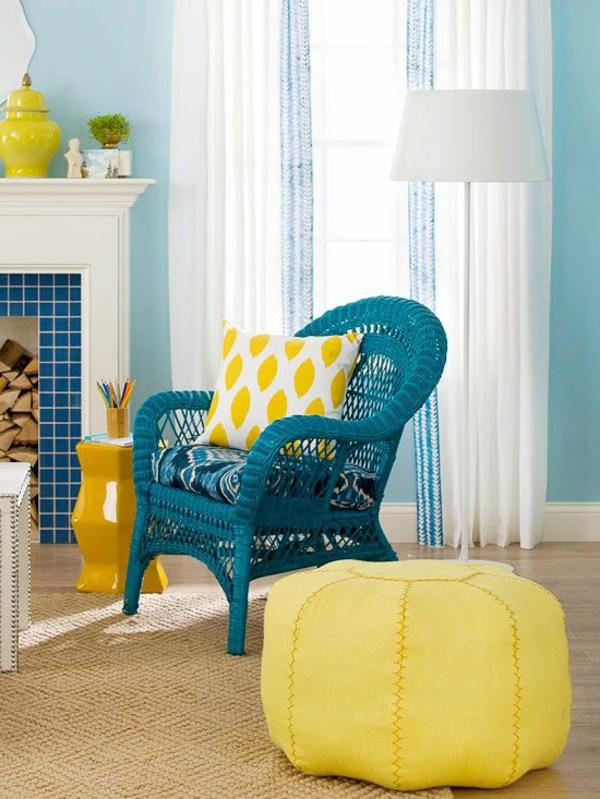 chaise-tressée-une-chaise-bleue-tressée-et-un-pouf-jaune