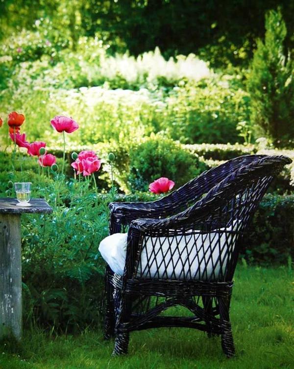 chaise-tressée-une-chaise-magnifique-dans-un-jardin