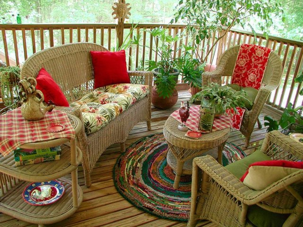 chaise-tressée-une-terrasse-au-sol-de-boiset-mobilier-en-osier