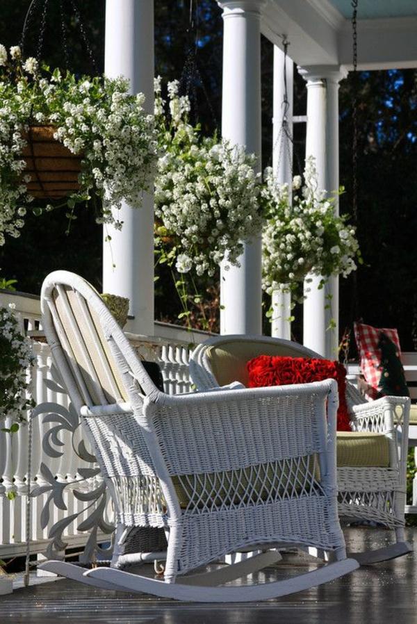 chaise-tressée-une-véranda-miraculeuse-et-deux-chaises-blanches