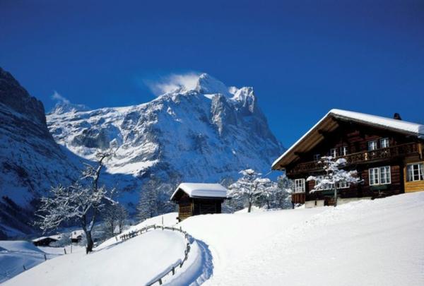 chalet-suisse-chalet-et-sommet-enneigé