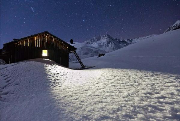 chalet-suisse-petite-cabane-et-un-paysage-mystique